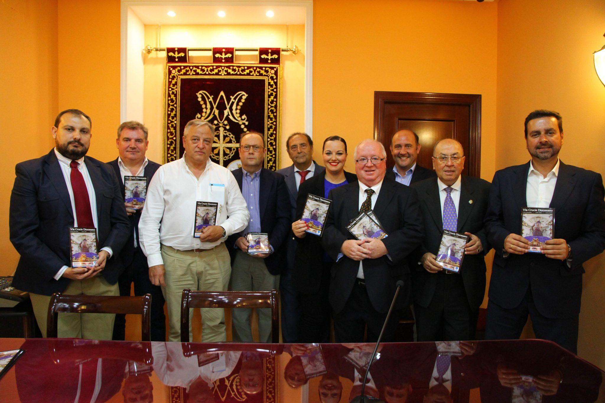 Línea 6 EME reparte 15.000 guías gratuitas del Vía Crucis Diocesano