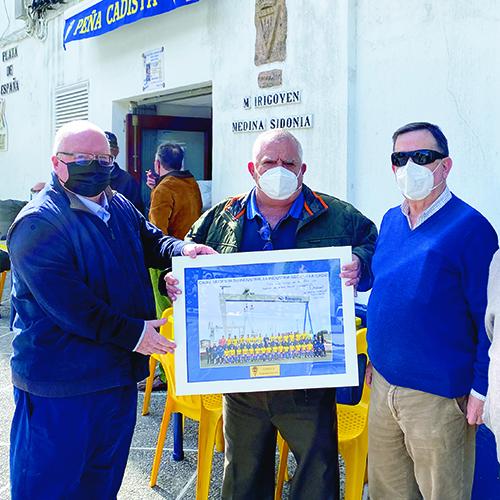 Vizcaíno dedicó a la peña la foto de la plantilla del Cádiz